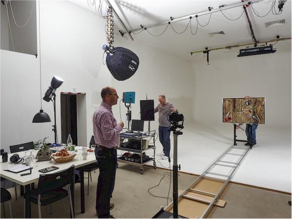 DER TESTAUFBAU IM STUDIO von Michael Quack (Mitte) erfolgt mit viel Akribie und Präzision. Im Vordergrund links Andreas Jürgensen, Betreiber des Leica-Forums.
