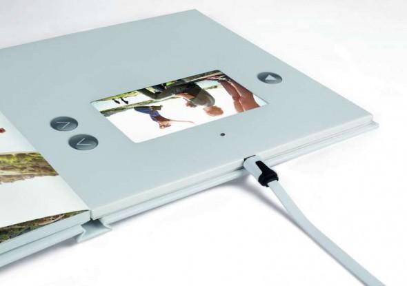 Über den Micro USB-Anschluss lässt sich das Fotobuch brillant Video am PC laden.  © FUJIFILM Imaging Germany
