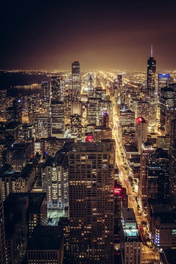 """CITY LIGHTS OF CHICAGO, USA """"Die Aussichtsplattform vom Dach des John Hancock Gebäudes bietet diese phänomenale 360-Grad-Ansicht über die Stadt. Dabei sind der Blick auf die Stadt, wie in diesem Bild ersichtlich, und der Ausblick in Richtung Strand bei Sonnenuntergang absolute Highlights."""" Aufnahmedaten: Canon 7D bei f/10, 19 S und ISO 100. GPS-Daten: 41.89858° -87.62343° © Manuel Becker"""