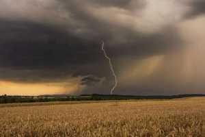 """ABENDGEWITTER """"Diese schöne Gewitterzelle konnte ich Ende Juli 2013 bei Sonnenuntergang in der Nähe von Alzey in Rheinhessen fotografieren. Das Foto besteht aus zwei Aufnahmen. Bei f/22 konnte ich den Blitz mit langer Belichtungszeit ablichten. Das zweite Foto machte ich bei deckungsgleicher Belichtung mit f/8, um die maximale Abbildungsleistung der Objektivs zu nutzen. Hinterher habe ich die Fotos zusammengefügt. Diese Methode verwende ich, wenn nicht genügend Zeit besteht, um mit Graufiltern eine längere Belichtungszeit zu erreichen."""" Aufnahmedaten: Nikon D7100 mit Tamron SP AF 17-50mm 2,8 Di II VC bei 34 mm, 1/15 S, f/8 und ISO 100. © Bastian Werner"""