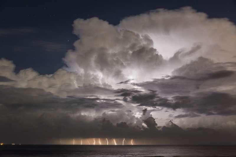 """GEWITTER ÜBER DEM ÄRMELKANAL """"Im August 2014 gab es sehr lange keine Gewitter in Deutschland. Deshalb fuhren ein Teamkollege und ich in einer Nacht-und-Nebel-Aktion für eine kleine Gewitterlage an die Ärmelkanalküste von Holland, um uns den Traum eines Gewitters bei Sternenhimmel zu erfüllen. Zudem herrschte Vollmond, der die Wolkenformationen perfekt ausleuchtete. Normalerweise belichte ich nachts bis zu 30 Sekunden, hier habe ich lediglich 20 S belichtet, damit die Wolkenstruktur nicht zu arg verwischt."""" Aufnahmedaten: Nikon D7100 mit Tamron SP AF 17-50mm 2,8 Di II VC bei 31 mm, 20 S, f/4.5 und ISO 250. © Bastian Werner"""