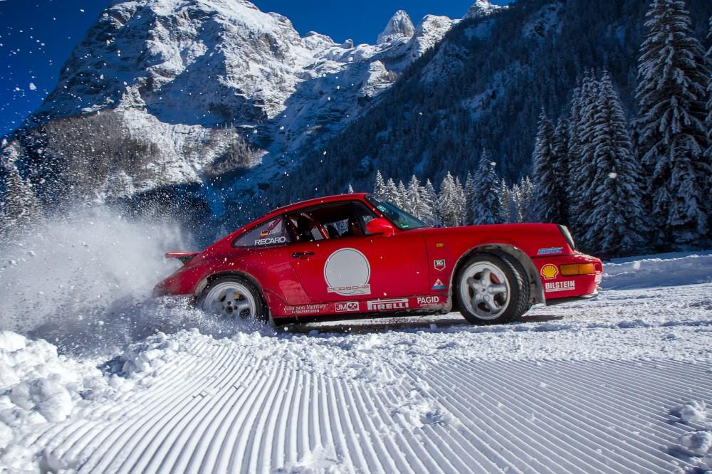 Wintersport: Ein Winterfahrtraining in den Dolomiten dient ausschließlich der Verbesserung der Sicherheit und Fahrzeugbeherrschung, es kann aber auch einfach nur Spaß machen. Das Foto entstand im Rahmen eines Winterfahrtrainings auf einem vereisten Rundkurs bei Auronzo di Cadore (ITA). Canon EOS 7D / EF-S 17-55 mm, 2.8 / 17 mm/ ISO 200 / f14/ 1/320 s.