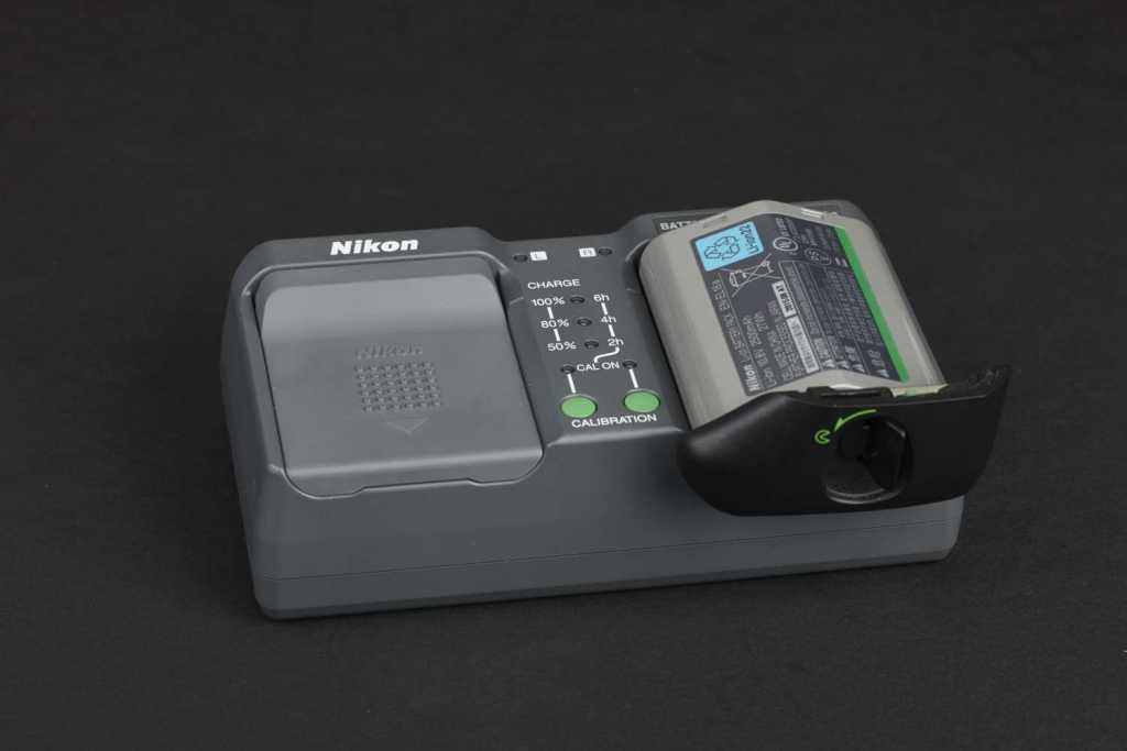Das Ladegerät für zwei der potenten Lithium-Ionen-Akkus gehört zum Lieferumfang (oben). Das Standardzoom Nikon AF-S NIKKOR 24-70 mm 1:2,8E ED VR bietet einen Bildstabilisator und bildet äußerst scharf ab.