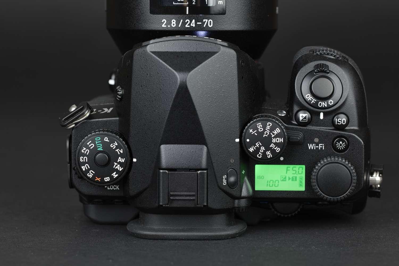 Die zentralen Bedienelemente der Pentax-K-1 sind der arretierbare Moduswahlschalter mit seinen fünf Speicherplätzen für Usersetups, links, sowie die Kombination aus Funktionswahl- und Funktionseinstellrad auf der rechten Seite. Damit kann man häufig notwendige Einstellungen ohne den Umweg übers Menü vornehmen. Die GPS-Einheit wird über die Taste auf dem Sucherprisma eingeschaltet und auf dem kleinen LCD-Display werden die wichtigsten Funktionen angezeigt.