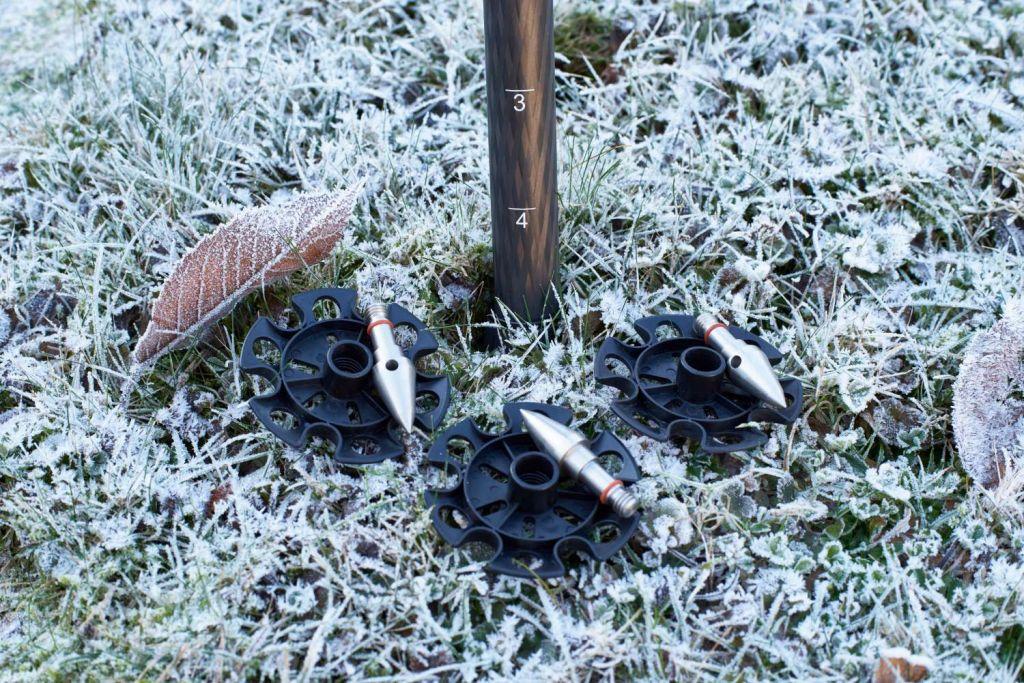 Spikes und Schneeschuhe lassen sich einfach montieren, Die unteren Beinsegmente besitzen Skalen zum einfachen Austarieren.