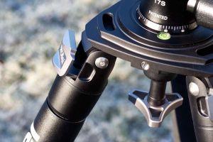 Die Verarbeitung des Statives ist top. Die Nivellierkalotte lässt sich mit dem Sterngriff schnell und bombenfest fixieren.