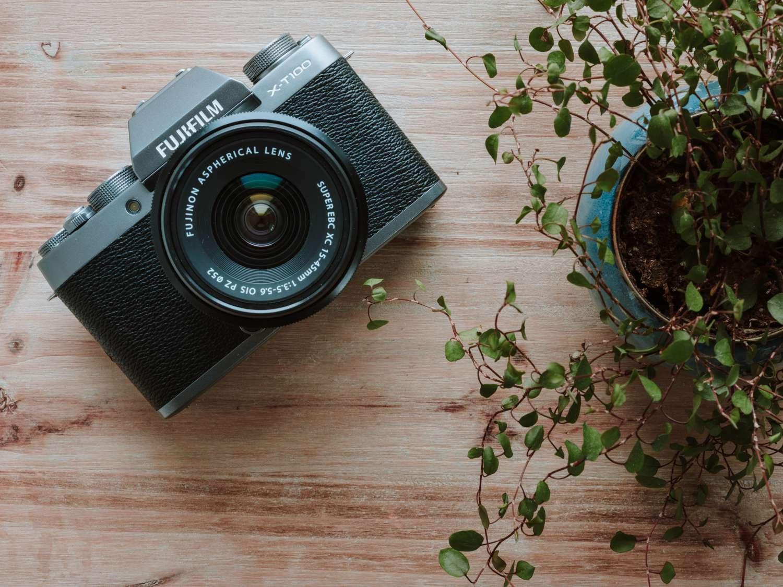 die neue fuji x t100 eine systemkamera zum immer dabei haben pictures das foto magazin. Black Bedroom Furniture Sets. Home Design Ideas