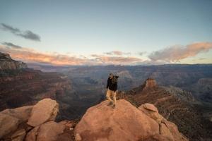 WANDRD - Gründer Spencer Cope mit den Rucksack PRVKE in den Grand Canyon
