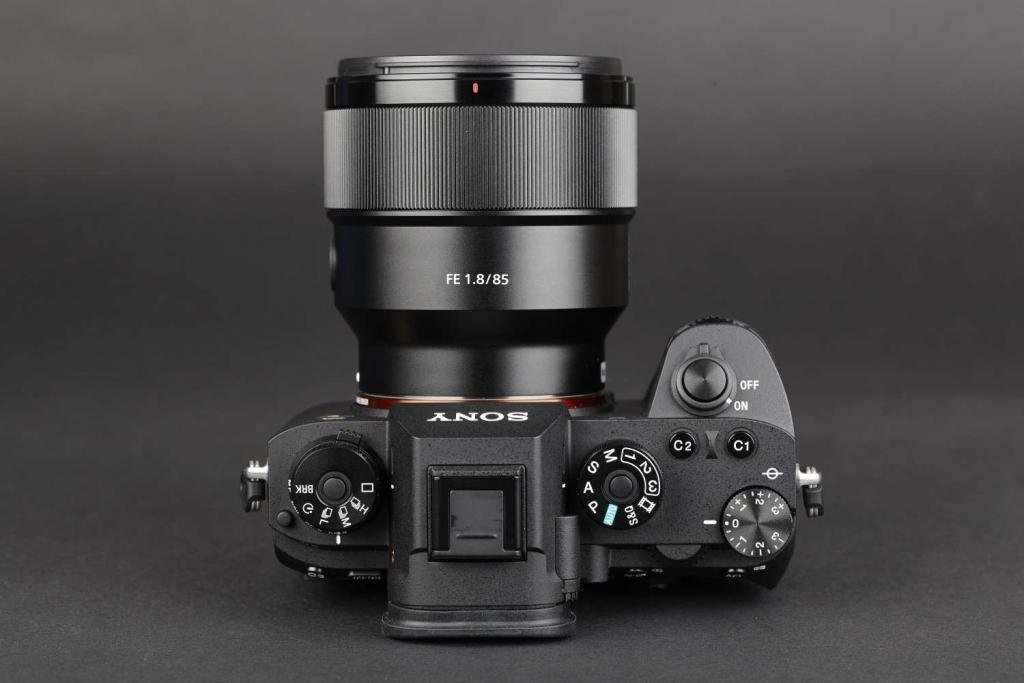 Für Alpha 7-Fotografen wirkt das Bedienlayout der Alpha 9 sofort vertraut, obwohl die Ergonomie deutlich verändert wurde.
