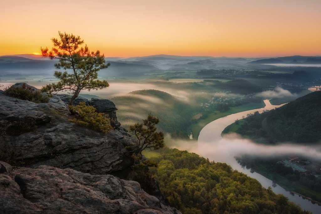 An diesem Morgen im Elbsandsteingebirge konnten Michael Kästner und seine Freunde beobachten, wie der Nebel über der Elbe aufwärts und an den Hängen in die seitlichen Täler floss. // Sony α7RII, 21 mm, f/5.6, 30 s, ISO 100.