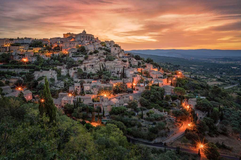 """""""Kurz vor Sonnenaufgang hat man meist das schönste Licht des Tages. Wenn man dann wie hier in der französischen Provence noch das Glück hat, solch schöne Aussichten zu finden, kann man die Lichter von Dörfern und Städten in der Dämmerung als gestalterisches Element in seine Bilder einbauen."""" // Sony α7RII, 21 mm, f/8, 25 s, ISO 100."""