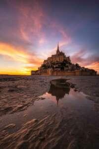 """""""Der Klosterberg Mont-Saint-Michel in der Normandie gehört zum Unesco-Weltkulturerbe und ist ein Eldorado für Fotografen. Wer sich traut, seine Komfortzone zu verlassen und auch mit schlammigen Füßen kein Problem hat, kann hier bei Ebbe die Sandmuster und Priele nutzen, um einen interessanten Bildaufbau zu kreieren."""" // Sony α7RIII, 15 mm, f/9, 10 s, ISO 100."""