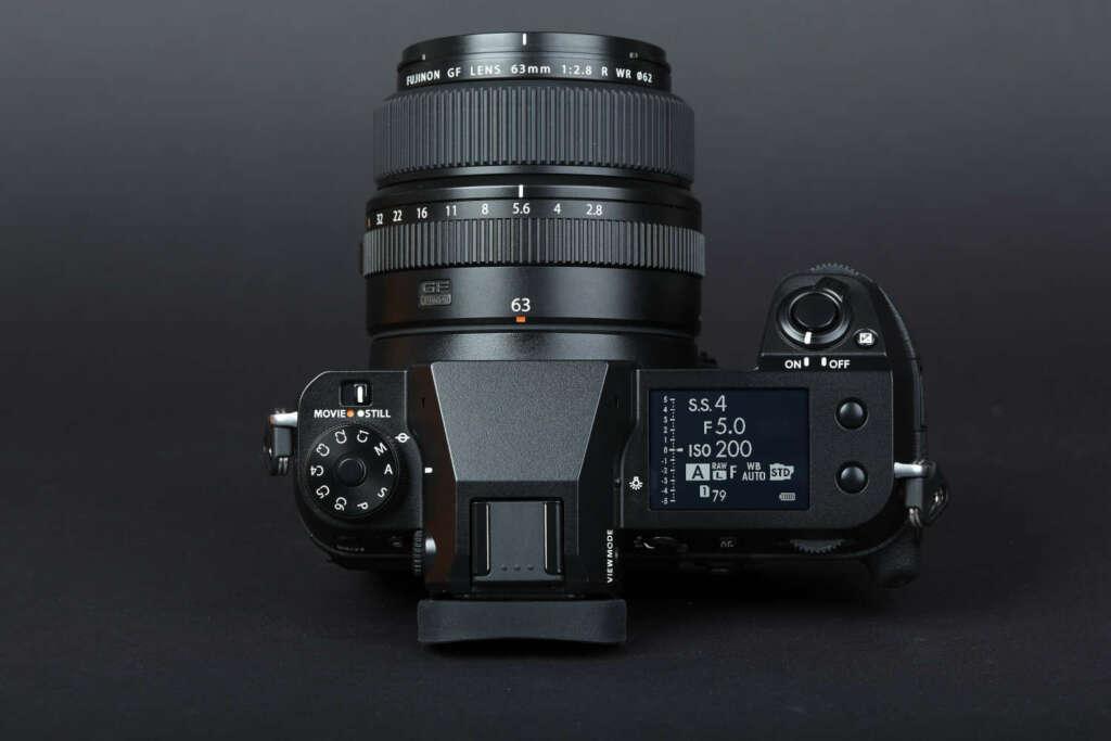 Die rechte Kameraschulter wird vom großen 1,8 Zoll LCD Display dominiert, das drei Anzeigemodi kennt und die Bedienung ungemein erleichtert.