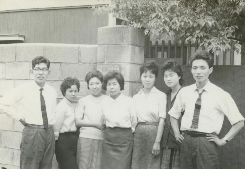 1961 - Die Anfänge vor dem SIGMA Research Institute CO., Ltd in Setagaya Ward. Die Fördermitglieder machen ein Gruppenfoto (Michihiro Yamaki, rechts im Bild)